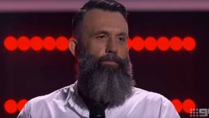 Widownia zamilkła gdy na scenie pojawił się brodaty mężczyzna. Po 3 sekundach wy