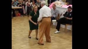 Starsza para zaczyna tańczyć rock and rolla. Ich występ zachwycił miliony ludzi