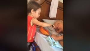 Chłopiec karmi swojego dziadka, moment który zachwycił miliony ludzi w interneci