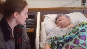 Pielęgniarka zakrada się do pokoju swojej pacjentki. Nagranie pokazuje jej wspan