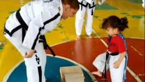 Instruktorka chce by dziewczynka złamała deseczkę, zamiast tego jej uczennica zr