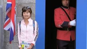 Turystka pozuje z brytyjskim strażnikiem, ale gdy ogląda gotowe zdjęcie nie może