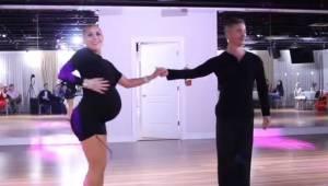 Kobieta w 35 tygodniu ciąży prezentuje wspaniały taneczny pokaz salsy.