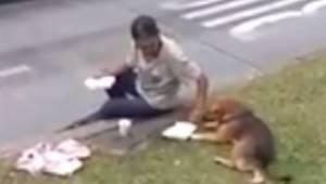 Bezdomny ma trochę jedzenia, ale gdy widzi głodnego psa, nie waha się mu oddać p