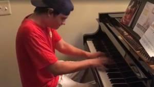 Dostawca przywiózł rodzinie pizzę, a widząc fortepian spytał czy może zagrać. Ot