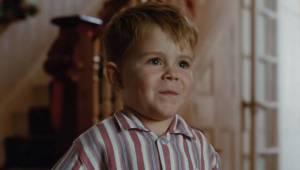 Mały chłopiec jeszcze nie wie, że prezent który właśnie dostał zmieni całe jego