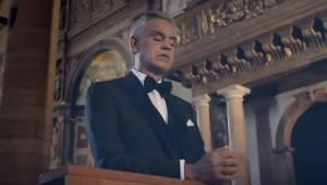 Andrea Bocelli śpiewa Ave Maria w pustym kościele, ale spójrz tylko na ludzi, kt