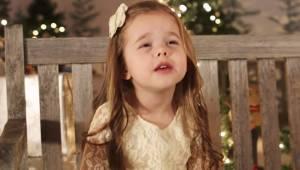 Czteroletnia dziewczynka bardzo chce zaśpiewać ulubioną kolędę posłuchaj tylko j