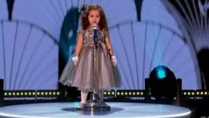 Utalentowana czterolatka śpiewa znany przebój Franka Sinatry, gdy kończy publicz