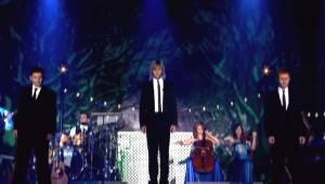 Trzech Irlandczyków występuje podczas świątecznego koncertu i sprawia, że wszysc