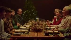 Rodzina siedzi przy świątecznym stole. Wszyscy mają dobry humor do czasu gdy pad