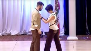 Para wykonuje bardzo ryzykowne kroki taneczne tańcząc swinga. Zobacz tylko jaka