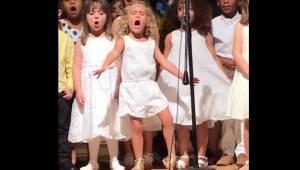 Przedszkolaki ustawiły się do wspólnego występu, jednak urocza blondynka kradnie