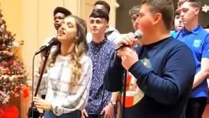 Dwoje nastolatków przygotowuje się do występu w duecie, zwróć uwagę na reakcję c