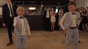 Ośmioro rodzeństwa panny młodej zrobiło niespodziankę wykonując wspaniały taniec