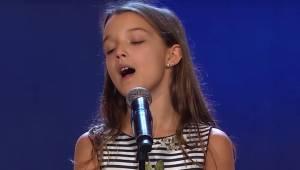 10-letnia dziewczyna weszła na scenę: obserwuj uważnie reakcję widzów gdy zaczęł