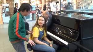 Nieznajomy mężczyzna przerywa dziewczynie która gra na pianie, chwilę później ro