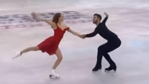 Para łyżwiarzy wchodzi na lód, zobacz tylko co się dzieje gdy rozpoczyna się utw