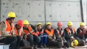 Robotnicy na budowie mają przerwę w pracy, zobacz tylko co się dzieje gdy jeden