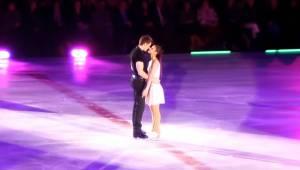 Mężczyzna delikatnie chwycił swoją partnerkę, chwilę później ich taniec na lodzi