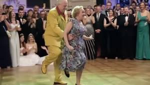 Starszy mężczyzna podchodzi od tyłu do partnerki, chwilę później wszyscy widzowi
