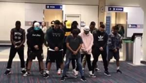 Grupa taneczna musiała czekać sześć godzin na opóźniony lot więc postanawiają da
