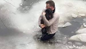 Mężczyzna wskoczył do zamarzniętego jeziora by uratować zaginionego psa.