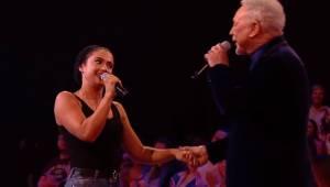 Młoda dziewczyna zaczyna śpiewać gdy nagle dołącza do niej Tom Jones. Co za niez