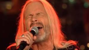 64-letni mężczyzna sprawia, że wszyscy na widowni mają ciarki na plecach słuchaj