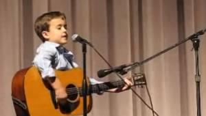 Chociaż chodzi dopiero do drugiej klasy ludzie już nazywają go mały Johny Cash.