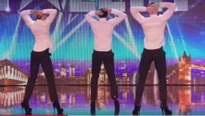 3 przystojnych mężczyzn stoi na scenie, gdy się odwracają sprawiają, że cała pub
