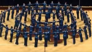 Tancerki uformowały okrąg, a gdy zmieniła się muzyka wprawiły całą publiczność w