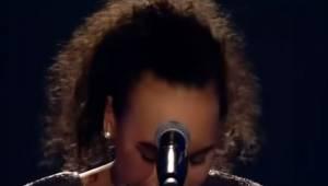 Stremowana nastolatka chwyta mikrofon tylko po to by wprawić wszystkich w zachwy