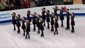 Zawodnicy ustawili się w na lodzie, a gdy zaczęli tańczyć cała widownia była zac