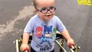 Chłopczyk z rozszczepem kręgosłupa nauczył się samodzielnie chodzić... I jest to