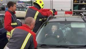 Maluch przypadkowo zatrzasnął się w aucie i miał niezły ubaw gdy strażacy próbow
