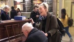 91-latek gra na pianinie na stacji, wtedy przyłącza się do niego śpiewaczka. Tak