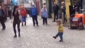 Mała dziewczynka postanowiła dołączyć do kobiety występującej na ulicy. Jej ruch