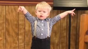 Mały chłopiec wyszedł na środek i zaczął prawić kazanie, zupełnie tak jakby był