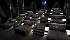 W tym kinie w Szwajcarii wszystkie fotele zostały zamienione podwójnymi łóżkami.