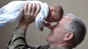 Badania potwierdzają: dzieci, które dorastają ze swoimi dziadkami są znacznie sz