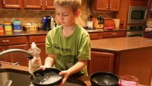 Naukowcy doszli do wniosku, że dzieci które pomagają swoim rodzicom w domu odnos