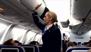 Stewardesa zaczyna uderzać w schowek na bagaż, chwilę później pasażerowie przeci
