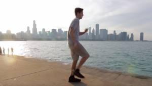 Mężczyzna postanowił zatańczyć taką samą choreografię w 100 różnych miejscach. M
