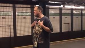 Mężczyzna zaczyna śpiewać znany przebój w metrze, wtedy wszyscy podróżni zatrzym