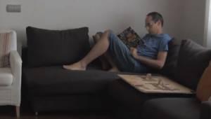 Ojciec czyta książkę, gdy jego córka chce mu przeszkodzić on robi coś naprawdę ś