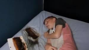 Rodzice ostrzegają wszystkich po tym jak tablet wypalił dziurę w łóżku obok ich