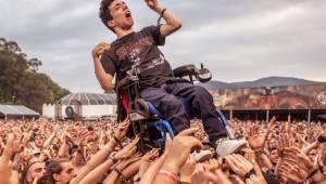 Zdjęcie, które poruszyło cały internet. Tłum podniósł niepełnosprawnego do góry