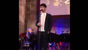 Syn Andrea Bocelliego rozgrzewa się przed koncertem śpiewając utwór Elvisa. Musi