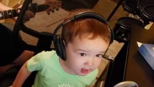 2-letni chłopiec wypróbowuje mikrofon śpiewając przebój Elvisa Presleya, teraz t